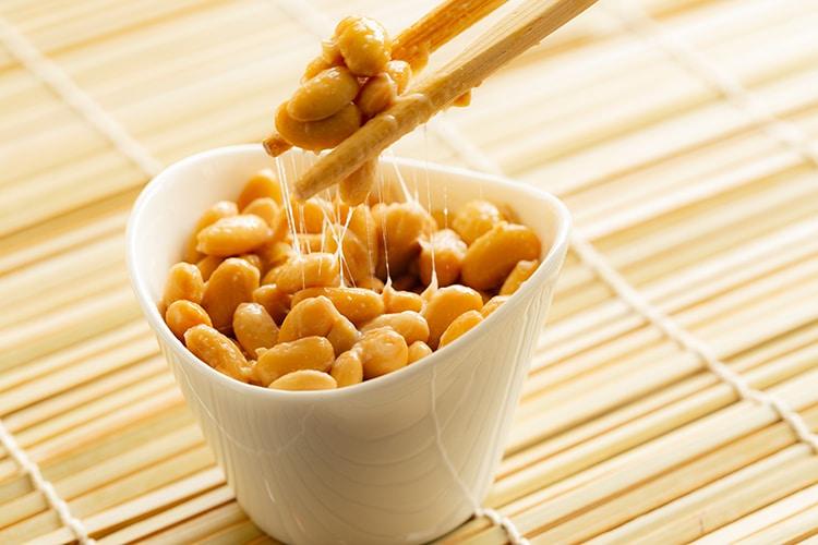 Le natto est l'aliment qui contient naturellement les taux les plus significatifs de PQQ.